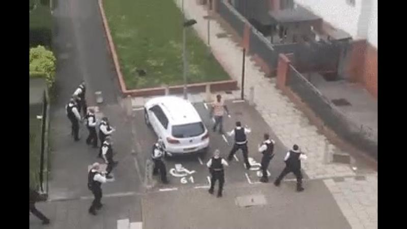 Polizei! Poliz..pol...p...