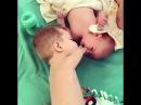 Малыш без рук дает пустышку ребенку, до слез