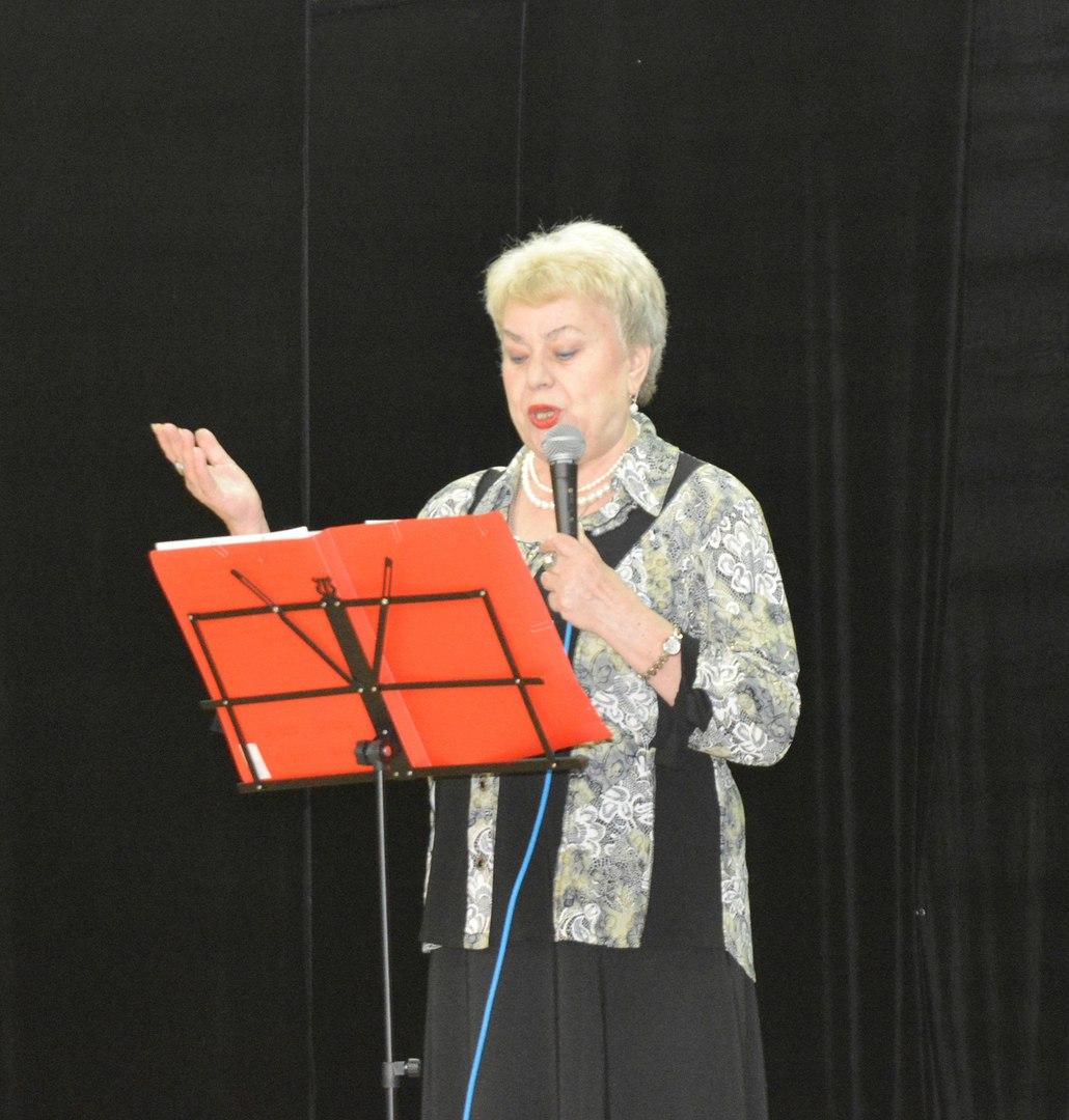 концерт - читают стихи о матери