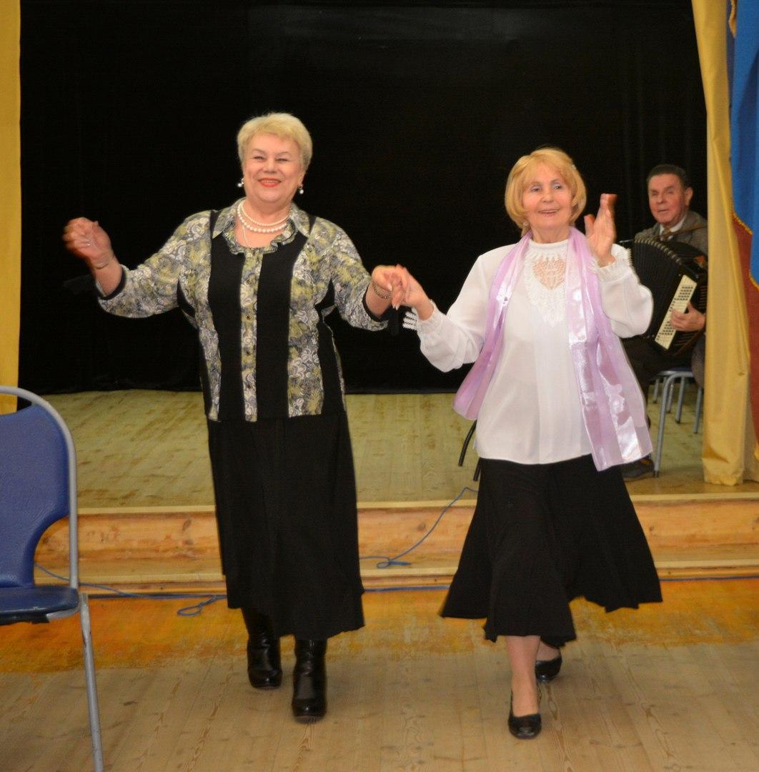 пенсионеры танцуют после концерта