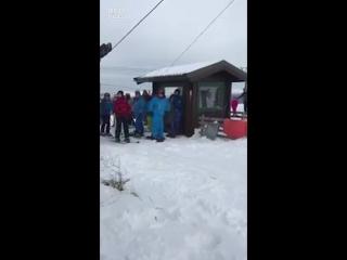 Когда друзья впервые приехали на горнолыжный курорт покататься на сноуборде
