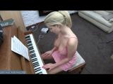 Зрелая женщина играет на пианино сверкая дойками