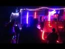 DJ Vaughn, играющий на арт-автомобиле Intergalactic Transporter (IGT), В Калифорнии.