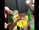 Разрез новогоднего торта с девушкой в жёлтом