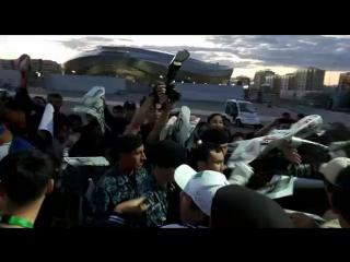Канат Ислам раздаёт автографы в Астане