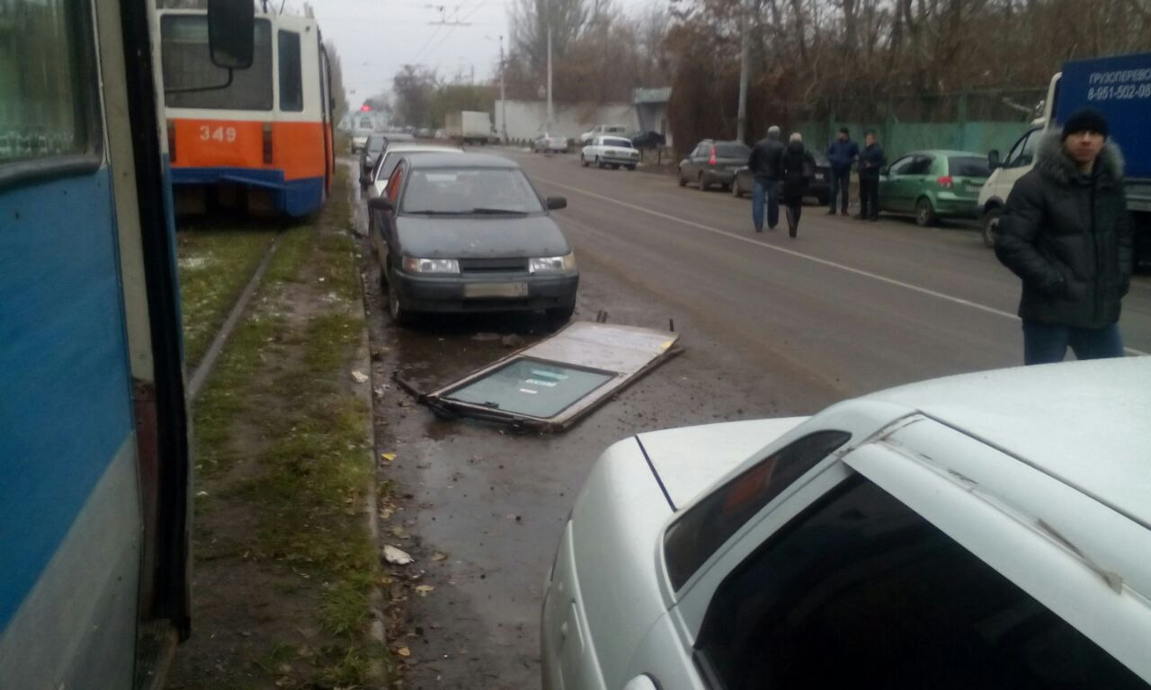 В Таганроге трамвай с отвалившейся дверью «наказал» 4 автомобиля, припаркованные у путей