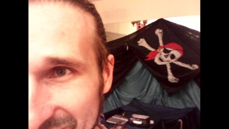 Большой пират следит за тобой