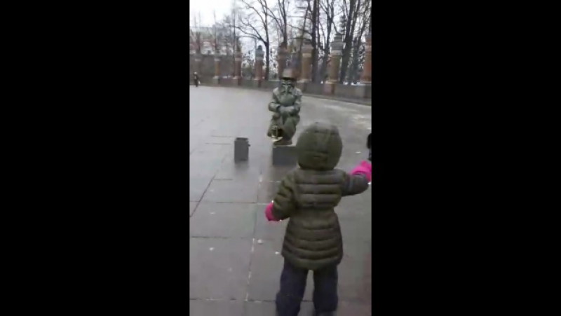 Ребенок испугался дяди
