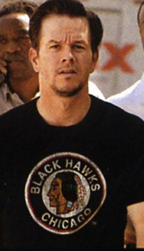 марк уолберг в футболке чикаго блэкхокс