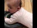 Ребёнок на роботе-пылесосе
