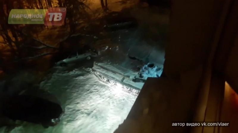 В Апатитах мужчина угнал бронированный тягач смял машину и врезался в магазин