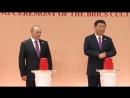 Путин нажимает на красную кнопку