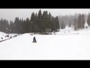 Дэвид Пол Олсен учит Сиеру Эстер (1,5 года) кататься на лыжах.