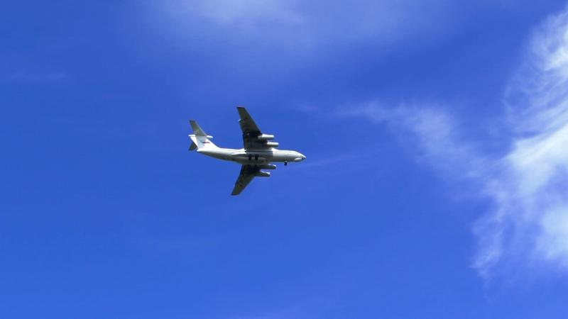 Самолет ИЛ-76 RA-T 78803 заходит на посадку в аэропорту Талаги