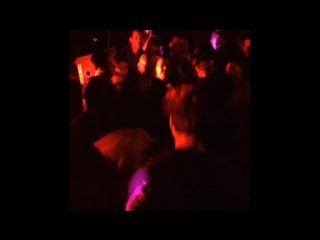 Бьорк танцует в толпе в баре The Wick Bar Нью-Йорка (2015) - Bjork