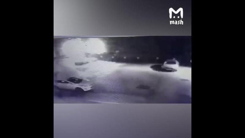 Поджог здания Ленты.ру. Видео с камер. Два коктейля и бегом.
