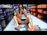 Девушка примеряет обувь. Апскирт Upskirt