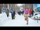 Тольяттинка ходит зимой в топике, мини-юбке и босоножках