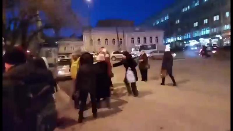 Скандал в саратовской маршрутке. Пассажиры не дали водителю избить полицейского.