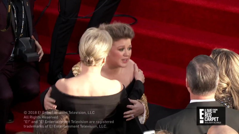 Kelly Clarkson meets Meryl Streep on the Golden Globe's Red Carpet