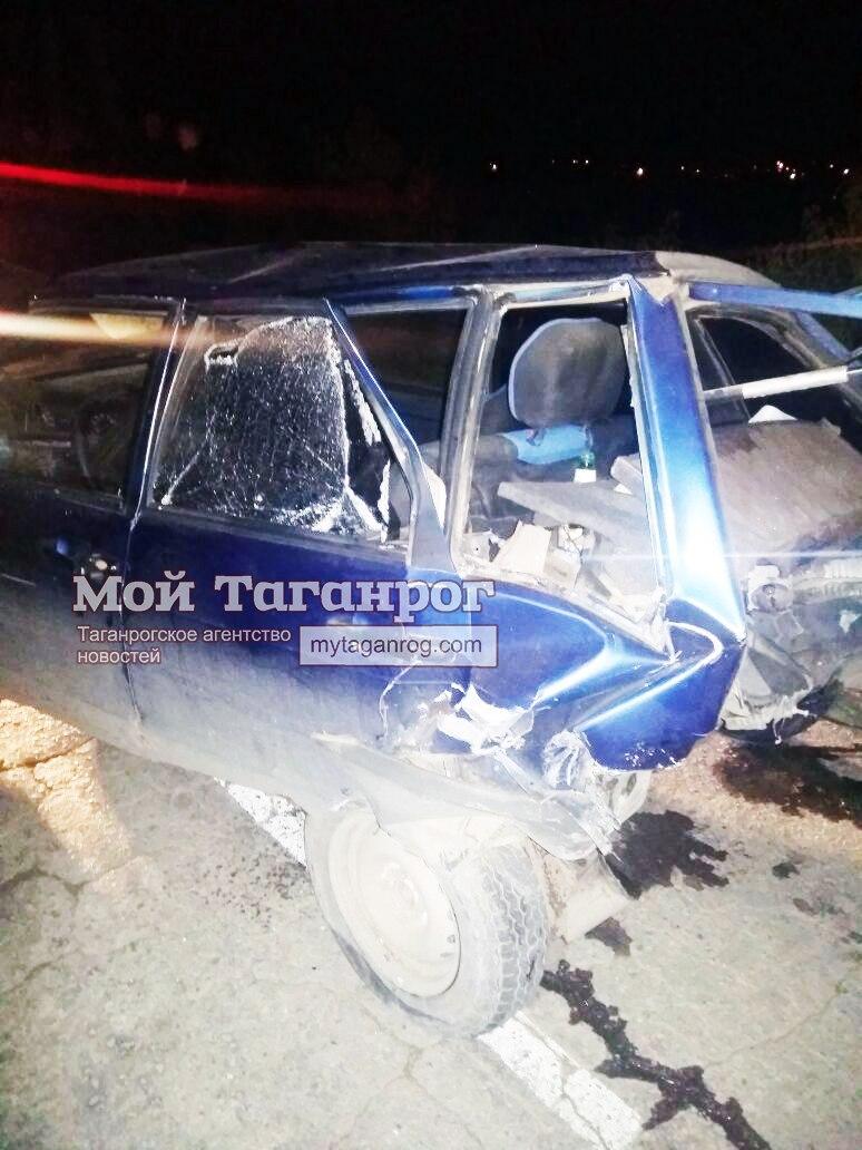 Под Таганрогом «шестерка» врезалась в припаркованную «девятку», двое пострадавших