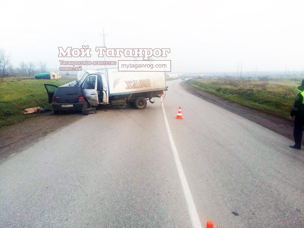 Под Таганрогом Volkswagen Golf столкнулся с хлебовозкой, один человек погиб
