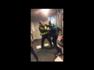 В Латвии толпа пьяных школьников  избила полицейского.