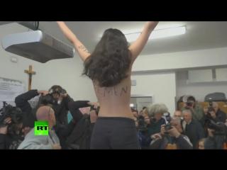 Голая и недовольная: активистка FEMEN разделась перед Берлускони
