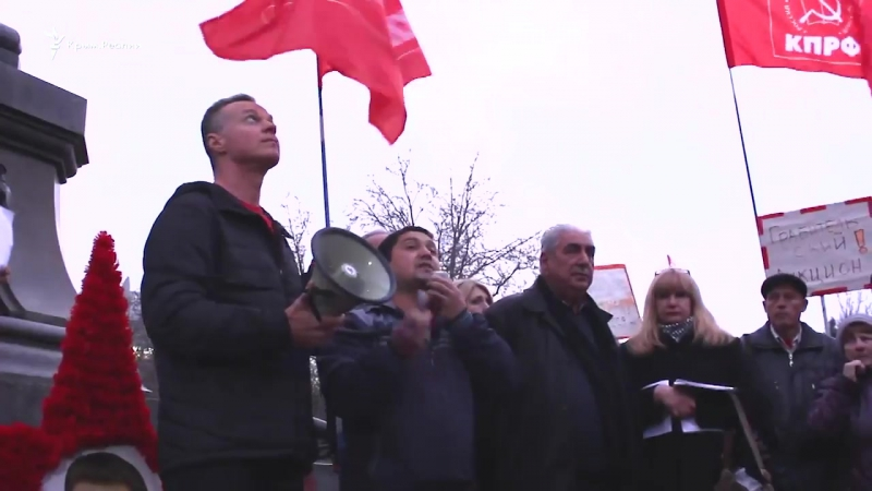 Пророссийский активист Усманов на митинге в Севастополе назвал российские паспорта аусвайсами: Обман пошел с самого начала. Нам