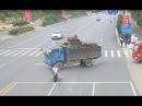 2017 05 10 В Китае мотоциклист чудом выжил после столкновения с грузовиком.