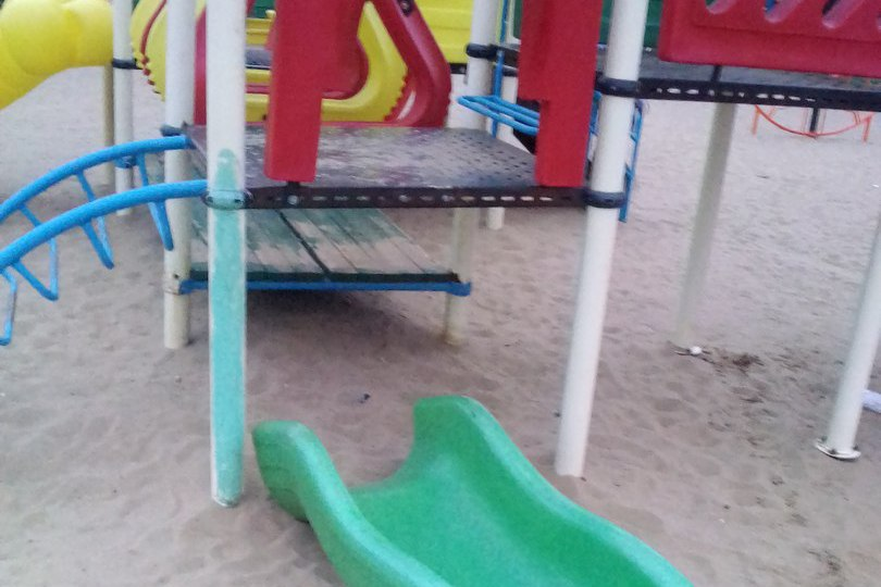В Железногорске под ребенком обвалилась горка