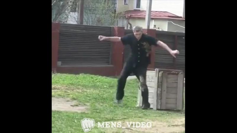 Мастер по каратэ стиль журавля 😂😂😂