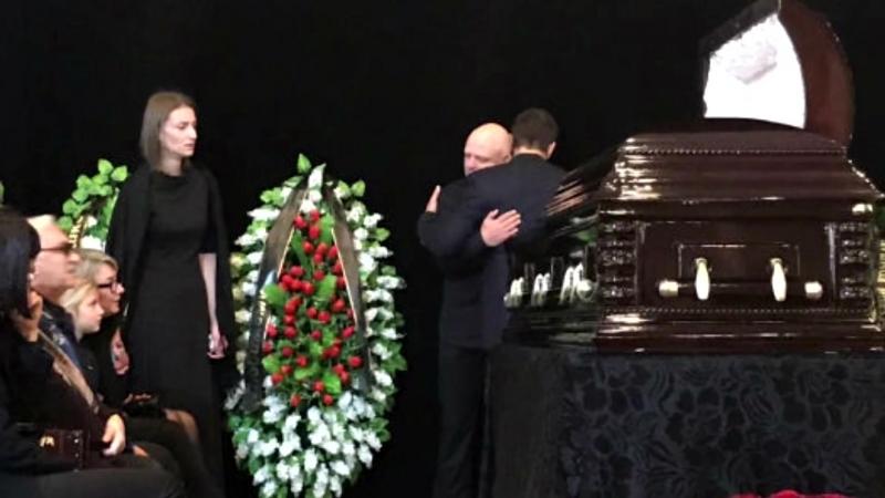 Душераздирающее прощание с Дмитрием Марьяновым, вдова еле держалась на ногах на прощании с актером
