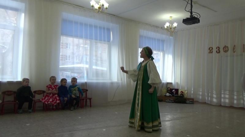 Олеся Евдокимова, участница ансамбля Прялица исполняет русскую народную песню Гармонь моя