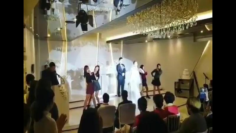Невеста и подружки танцуют Red Flavor