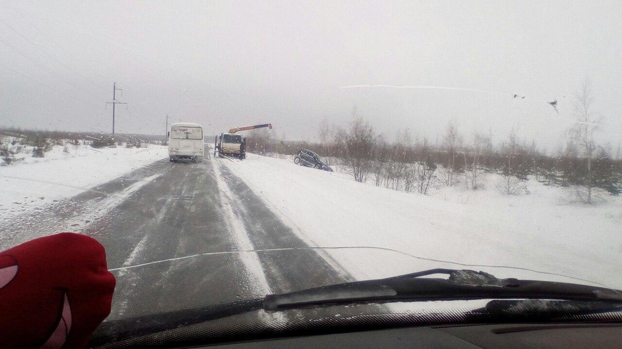 Иномарку доставали из кювета краном после ДТП под Воронежем