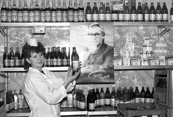 """Продажа целебной воды, """"заряженной"""" Чумаком, 1990-е."""