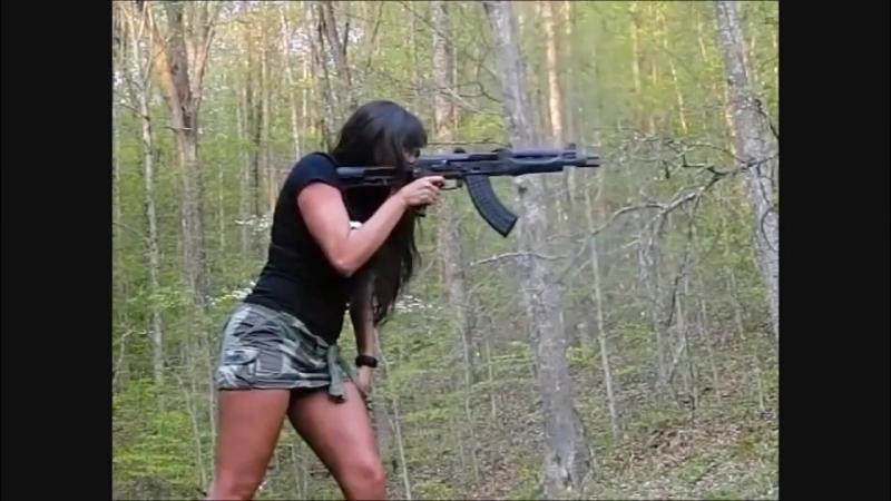 Девушка стреляет из калаша с одной руки