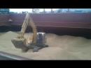 Экскаватор распределяет зерно по трюму