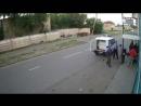 Жестокая драка между полиции и гражданами на остановки, видео с камеры наружного наблюдения !