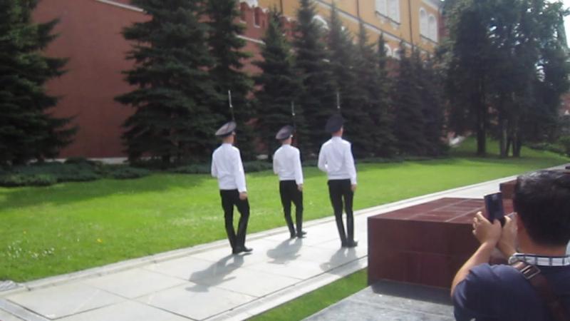 Аты-баты шли кремлевские солдаты!