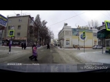 В Брянске автоледи едва не сбила на зебре женщину с ребенком