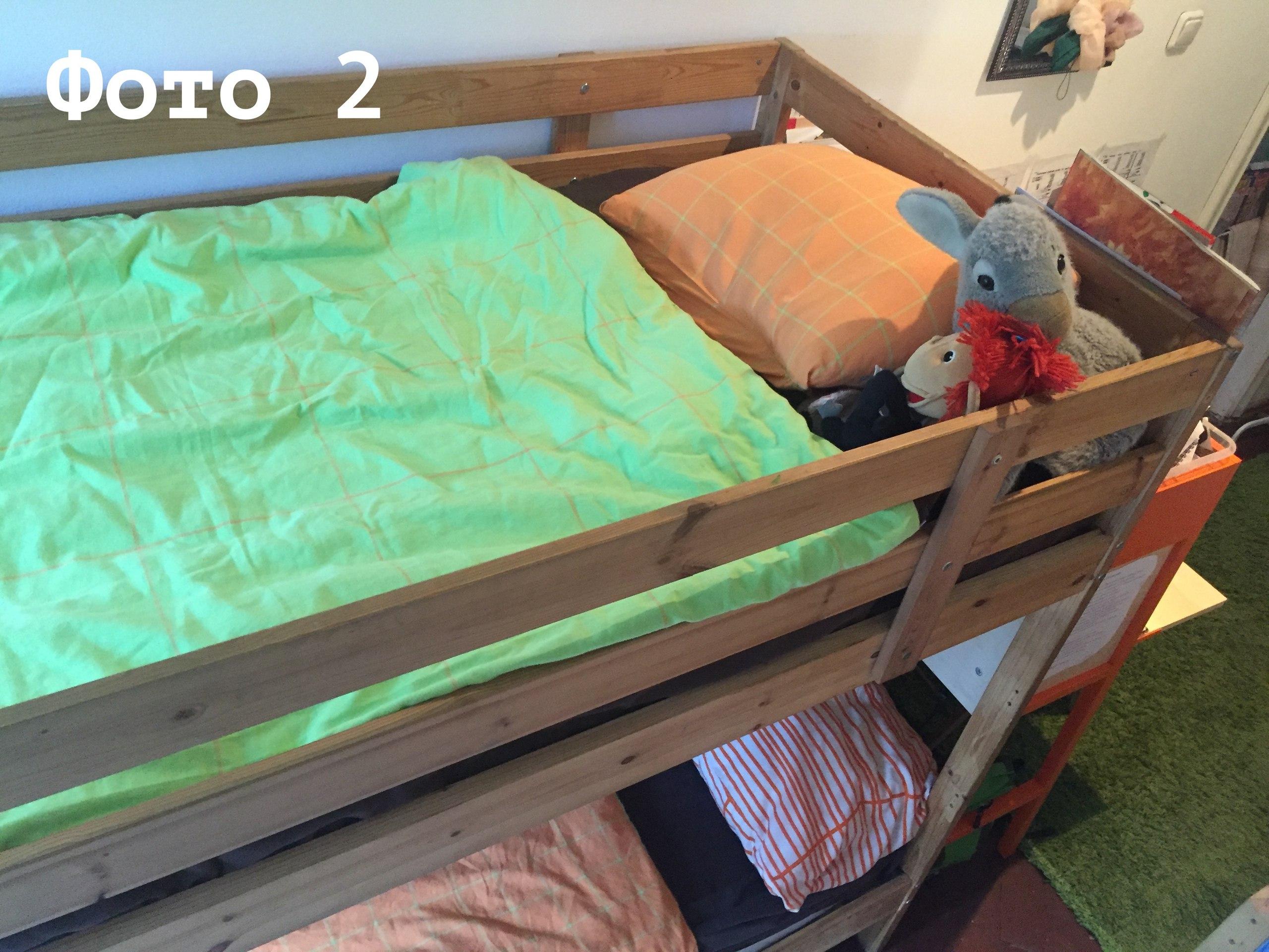 Вид на двухэтажную кровать