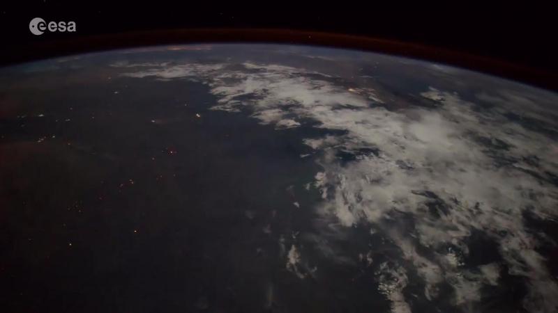 Итальянский астронавт снял из космоса падение метеорита на Землю