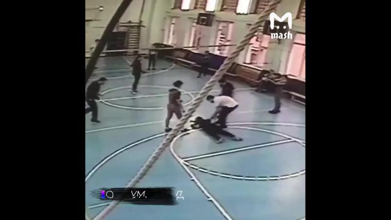 Гибель ученицы на уроке физкультуры в московской школе попала на видео, сообщает ДПС-Контроль со ссылкой на Life.ru