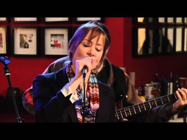 Suzanne Vega performs Tom's Diner