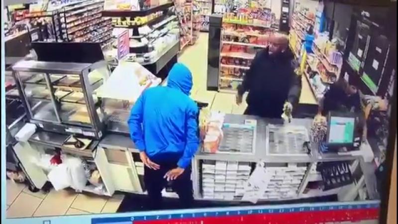 Полицейский предотвратил попытку ограбление магазина рускими мигрантами