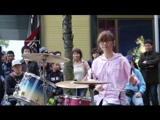 Японка жгет на барабанах