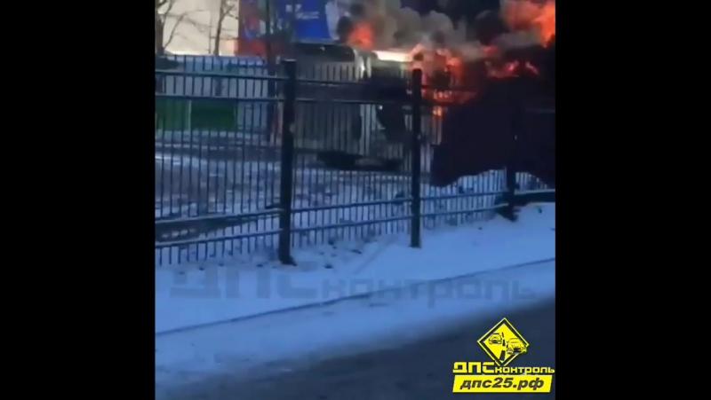 Междугородний пассажирский автобус загорелся на автовокзале во Владивостоке