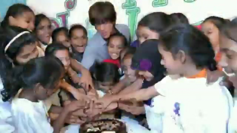 Shah Rukh Khan at Childrens Day with a NGO in Mumbai 3